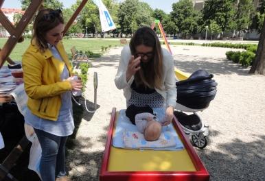 Postavljanje stolova za previjanje beba na dječjim igralištima